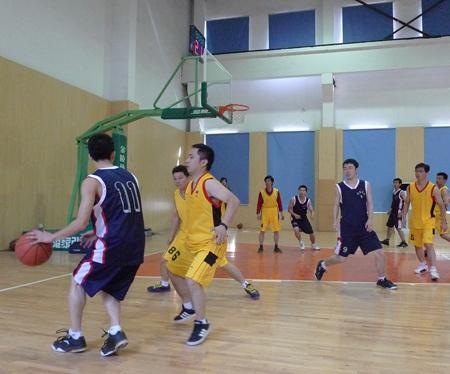 公司员工进行篮球比赛